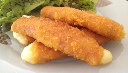 Los rollitos de jamón dulce y queso, es una receta rápida, fácil de realizar y sobretodo barata. En 10 minutos tienen un plato que le encantará sobretodos a los más pequeños. ¡La receta rollitos de jamón dulce y queso os solucionará la comida!